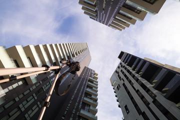Grattacieli ripresi dal basso con fotocamere