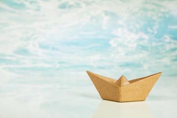 Schiff aus Papier als Hintergrund zu Urlaub, Reise, Tourismus