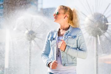 Frau vor Brunnen in Dresden Prager Straße