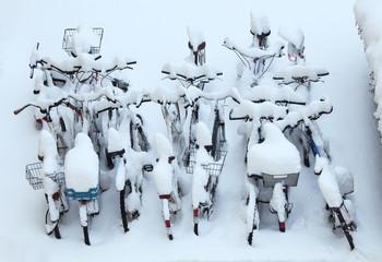Fahrräder im Winter von oben