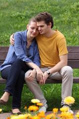 Молодая пара на лавочке в обнимку