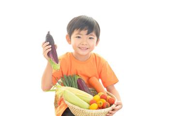 野菜を持つ男の子