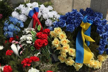 Wreathes with Russian and Ukrainian national flags.