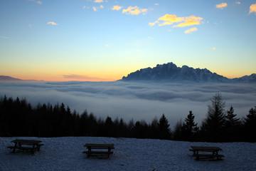 Neve e nuvole al tramonto