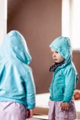 mädchen vorm spiegel