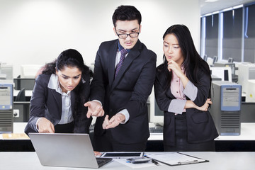 Three entrepreneurs discuss in the office