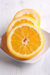 fette di arancia sul tavolo bianco