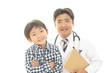 笑顔の医師と男の子