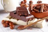 cioccolato alla nocciola con ingredienti intorno