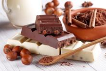Nuss-Schokolade mit Zutaten rund um