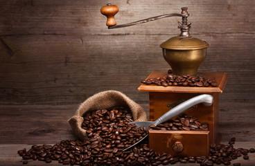 Kaffeebohnen und Kaffeemaschine