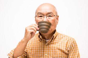 コーヒーを飲むシニア