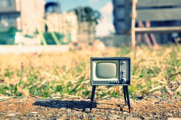 屋外に置かれたレトロなブラウン管テレビ