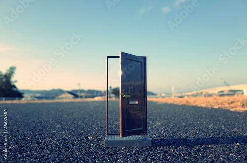 Leinwanddruck Bild 路上に置かれたドア