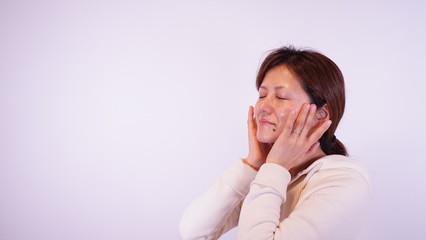 化粧水を浸透させている日本人女性