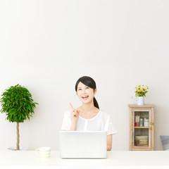 パソコンの前に座って想像する女性
