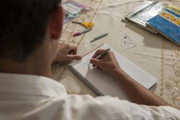 Schüler macht Hausaufgaben im Libanon