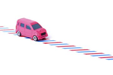 赤と青の道の上を走る車