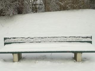 Verschneite Parkbank