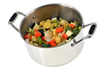 Légumes coupés en morceau pour faire une soupe