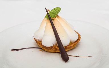 Meringue Tart with Chocolate and Mint