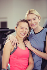 freundinnen trainieren zusammen im studio