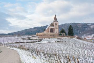 Eglise fortifiée en Alsace dans les vignes en hiver