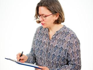 Frau mit Schreibunterlage