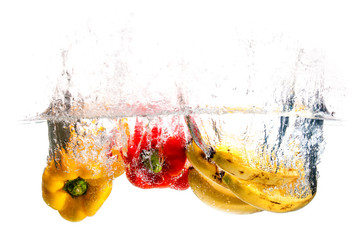 Peperoni e Banana nell' Acqua - Splash - Sfondo Bianco