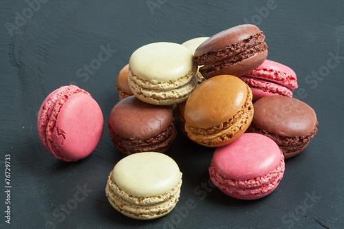 Papiers peints Macarons Macarons de couleurs différentes sur fond d'ardoise