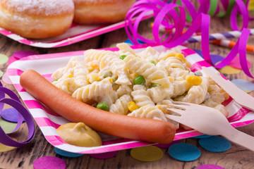 Party mit Nudelsalat und Würstchen
