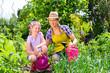 canvas print picture - Mutter und Tochter im Garten beim Gärtnern