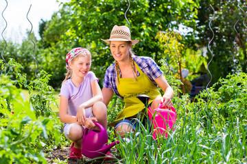 Mutter und Tochter im Garten beim Gärtnern
