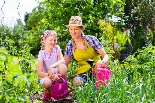 canvas print picture Mutter und Tochter im Garten beim Gärtnern