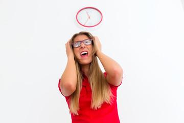 Junge Frau mit Stress Burn Out vor Uhr