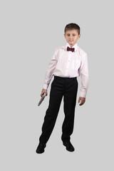 Мальчик с пистолетами на сером фон