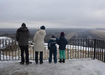 Familie am Aussichtspunkt