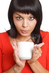 Frau trinkt dampfenden Kaffee