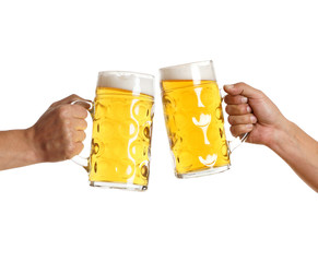 zwei Männerhände mit Bierkrug stoßen an