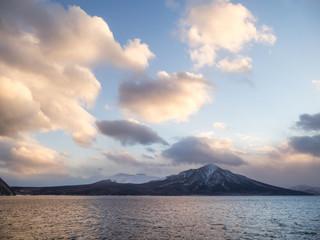 支笏湖と夕焼けの雲