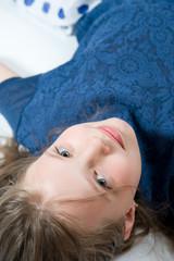 Маленькая 8 летняя девочка лежит на полу