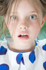 Портрет удивленной 8ми летней девочки крупным планом