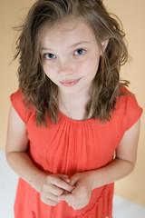 Маленькая скромная девочка (8 лет)