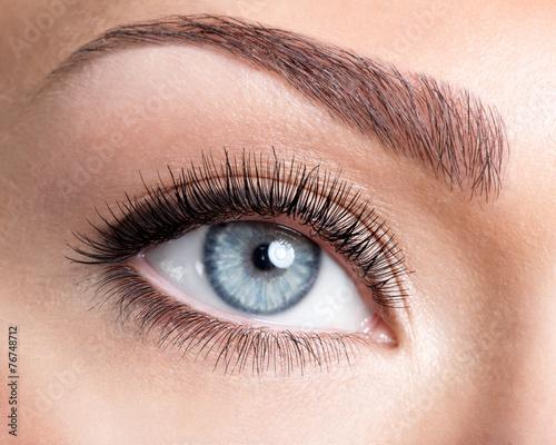 Leinwanddruck Bild Beauty female eye with curl long false eyelashes
