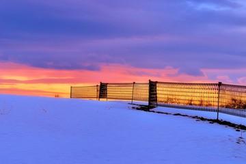 Schneefangzaun in der Abenddämmerung