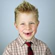 begeisterter Grundschüler in Hemd und Krawatte