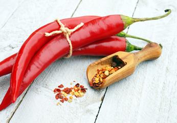 Rote Chili Schoten auf Holzbrett
