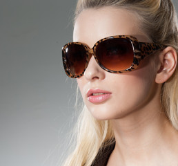 Fashion young woman portrait wearing sunglasses