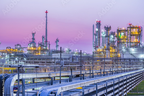 Fotobehang Industrial geb. Twilight of industrial petroleum plant