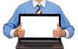 Geschäftsmann präsentiert Laptop mit Textfreiraum